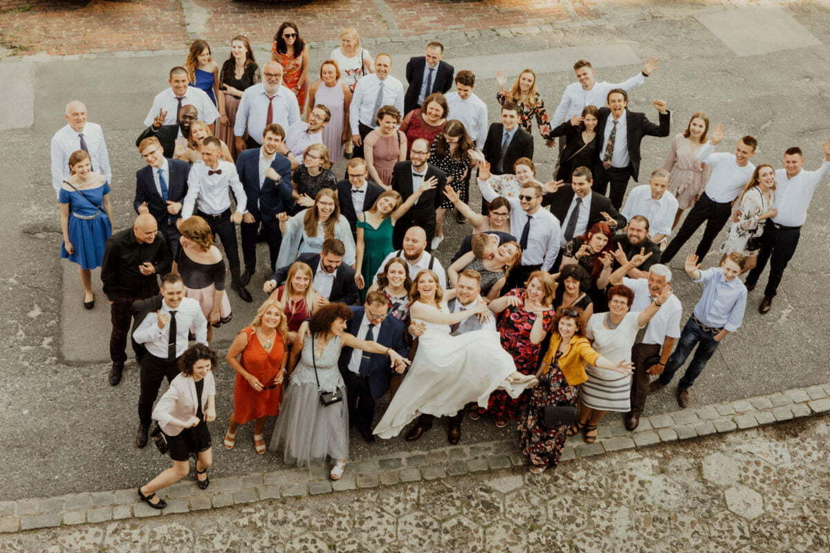 Zdjęcie grupowe Pary Młodej i gości weselnych