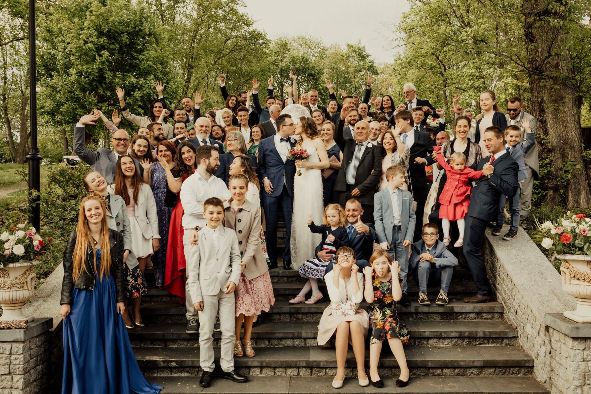 Plenerowy ślub cywilny - Pałac Śmiłowice - zdjęcie grupowe Gości Pary Młodej