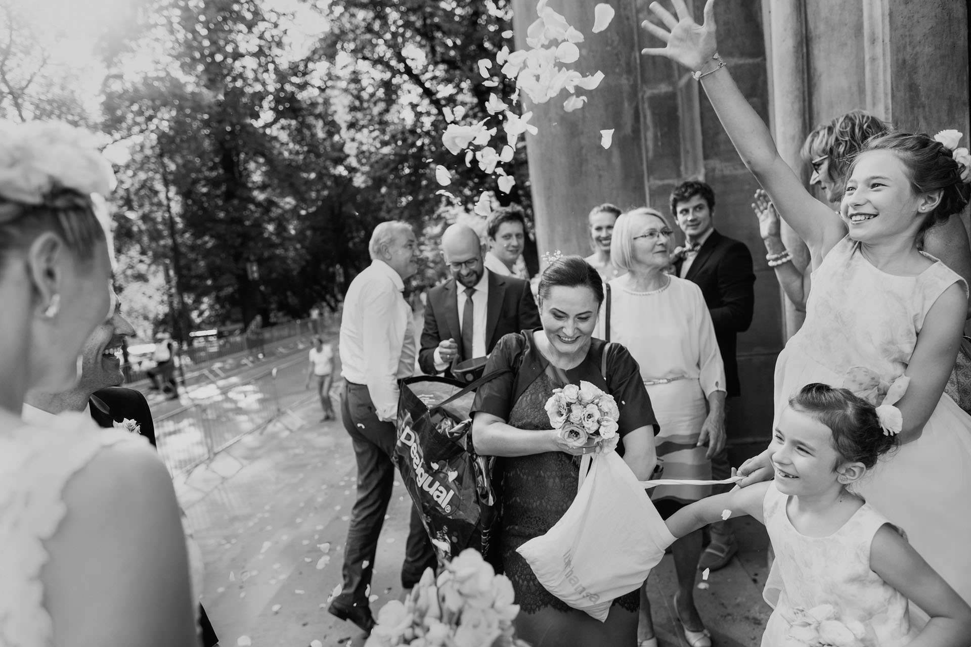 Fotografia ślubna Kraków - goście weselni składają życzenia Parze Młodej