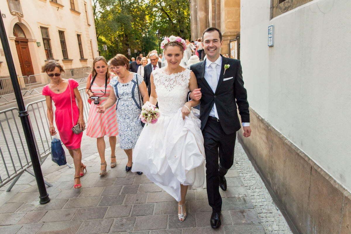 Para Młoda w drodze na wesele na Rynku w Krakowie