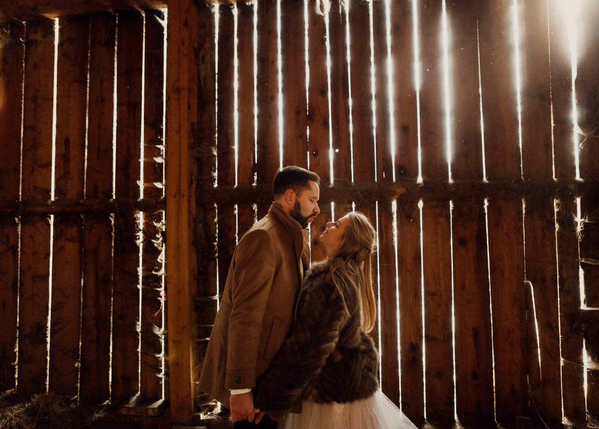 Sesja zdjęciowa Pary Młodej w stodole