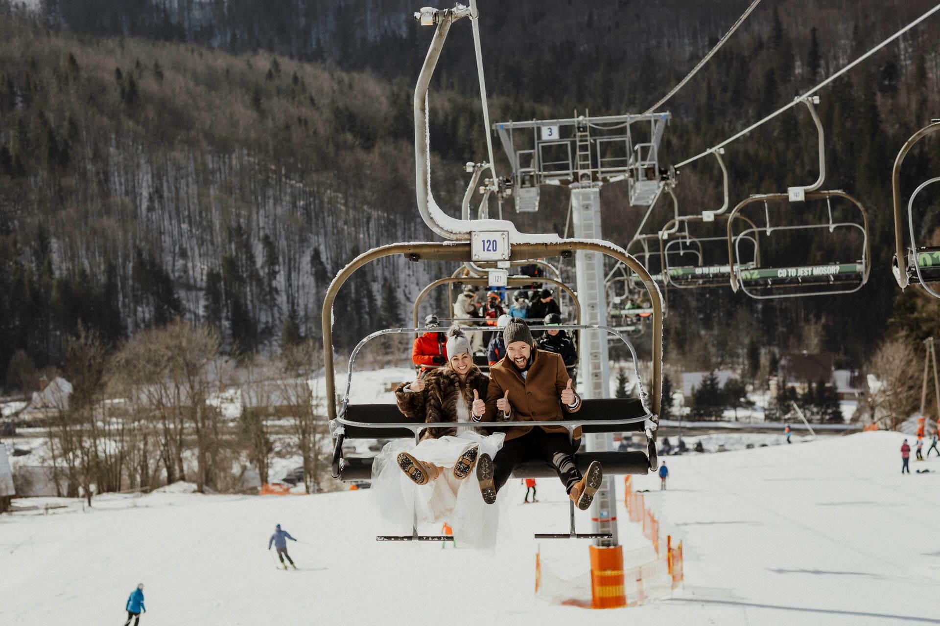 Zimowy plener ślubny - Para Młoda na wyciągu narciarskim