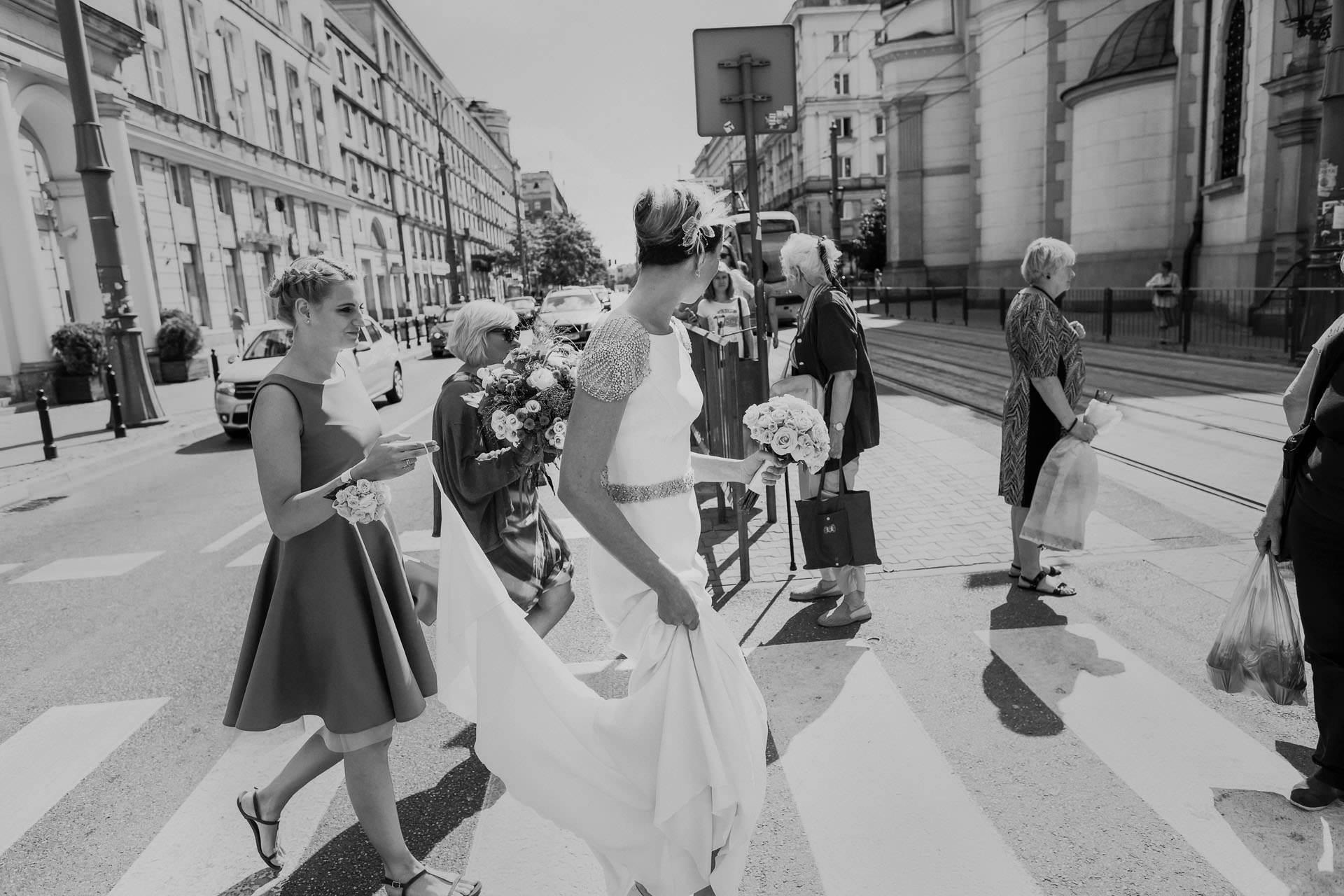 Fotografia ślubna Warszawa Plac Zbawiciela - Pana Młoda w drodze na swój ślub