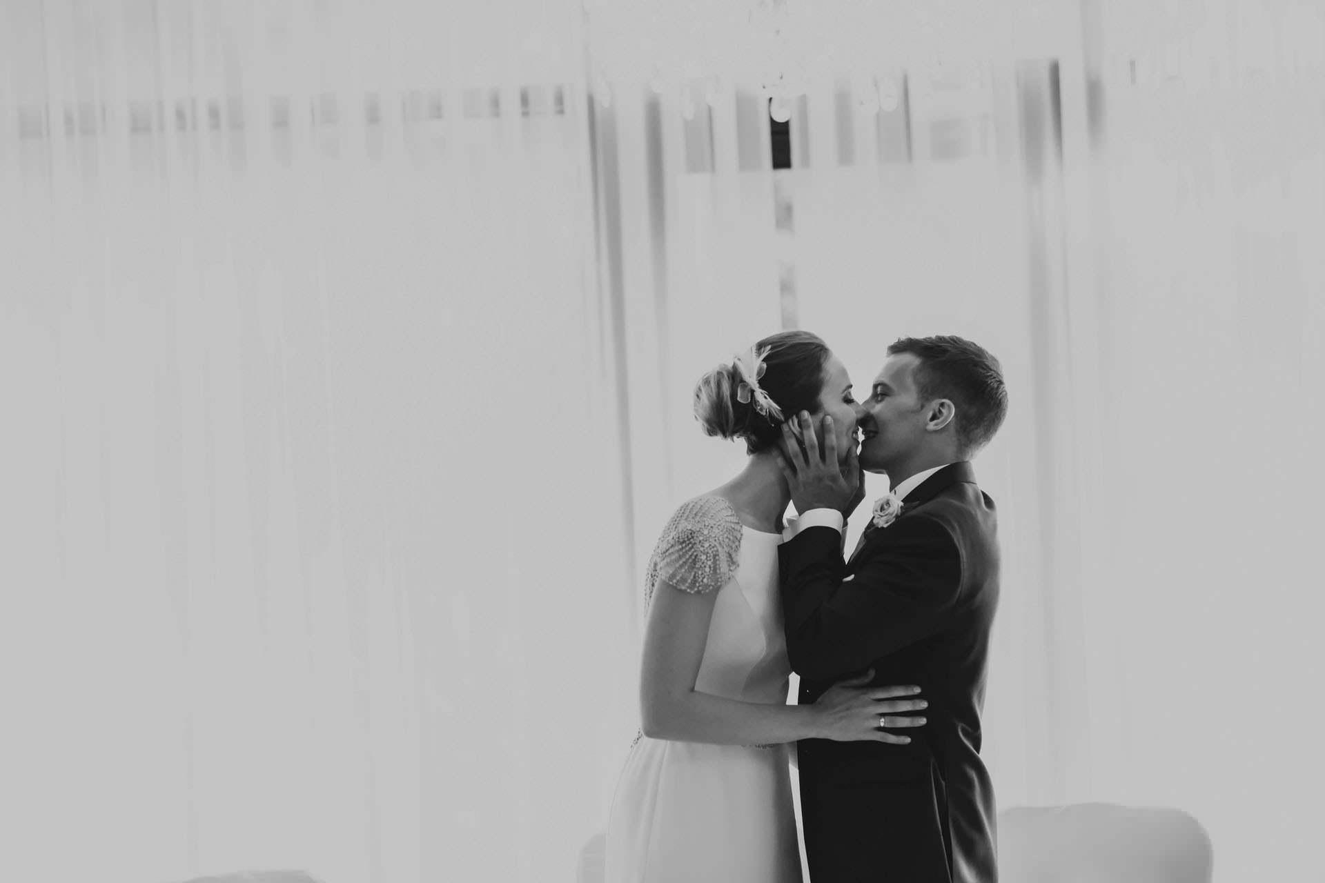 Fotografia ślubna Warszawa - przyjęcie weselne - Para Młoda - pocałunek