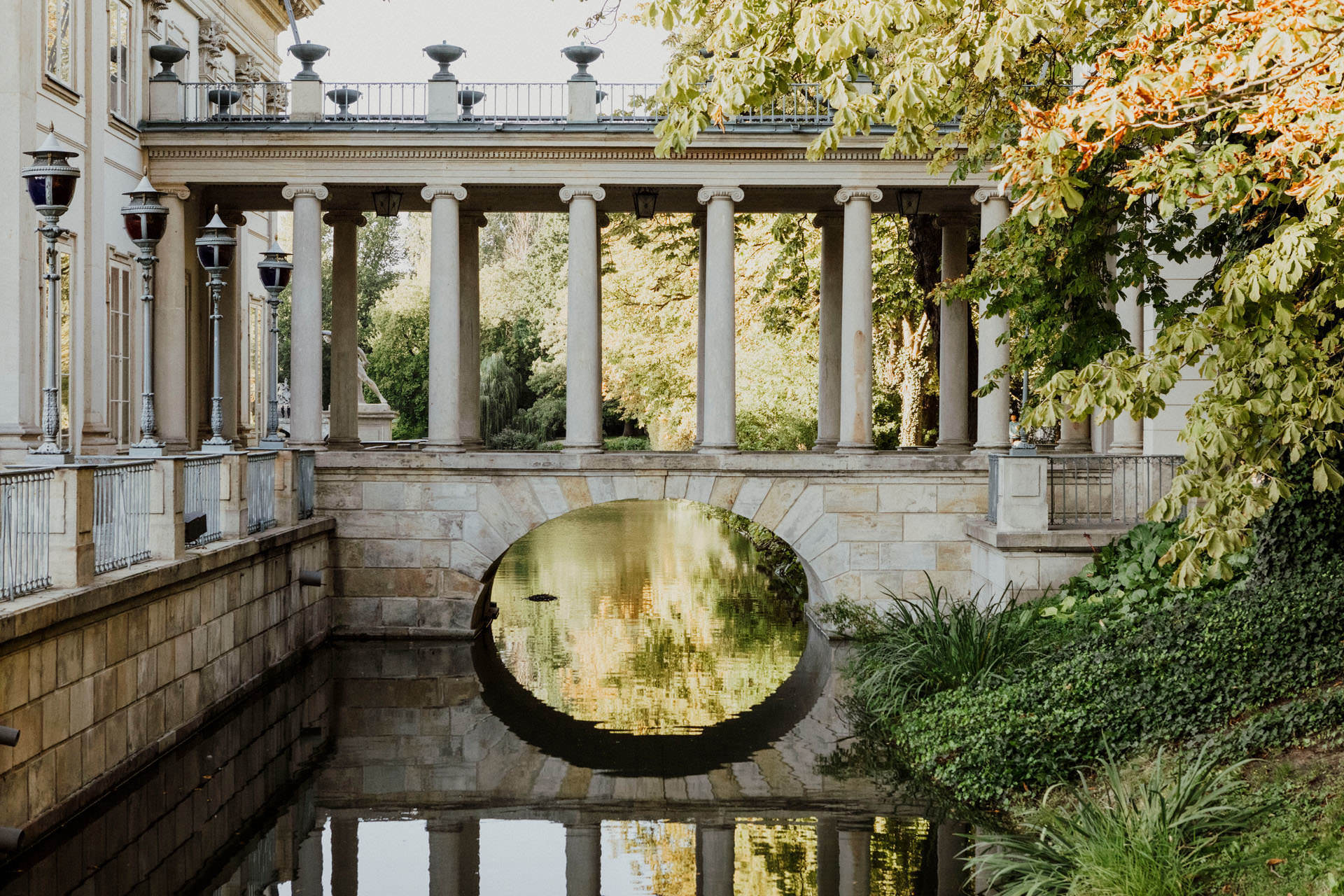 Łazienki Królewskie to świetne miejsce na plener ślubny w Warszawie