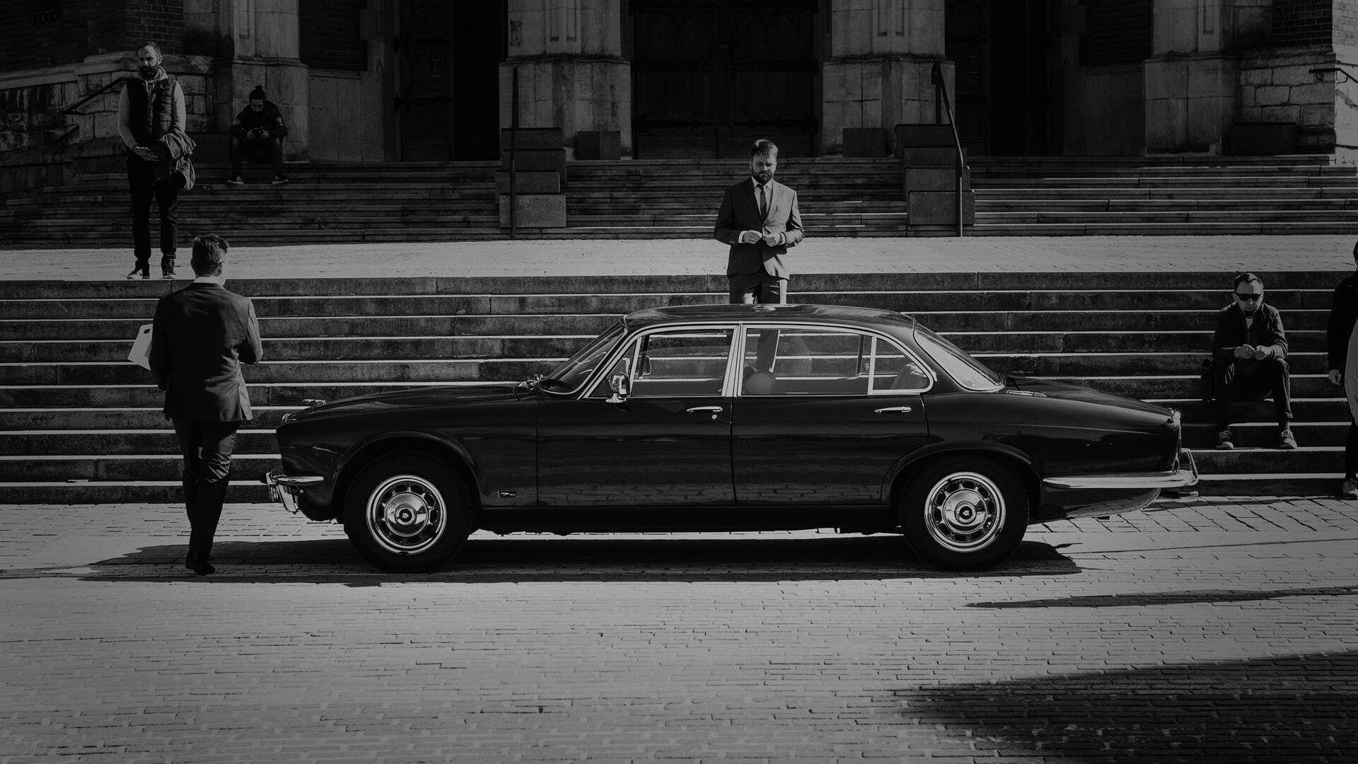 Fotografia ślubna Kraków - klasycznym Jaguarem na ceremonię zaślubin