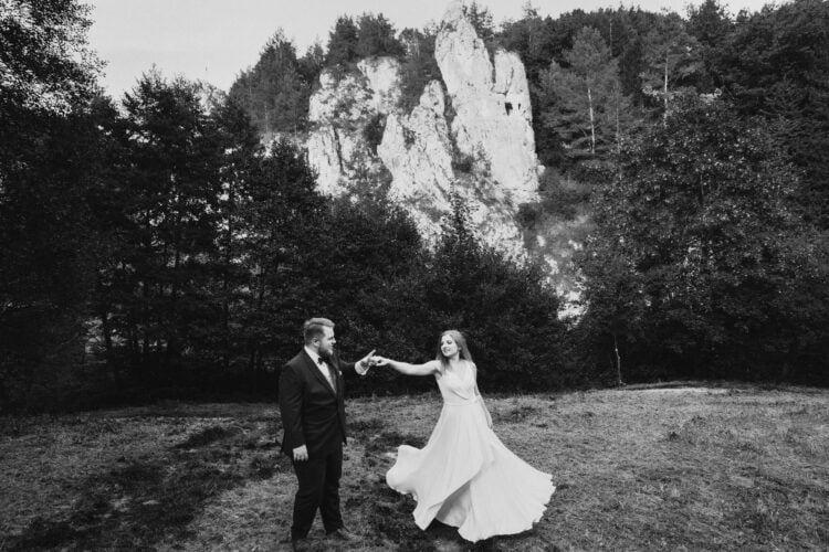 Para Młoda tańczy podczas pleneru ślubnego