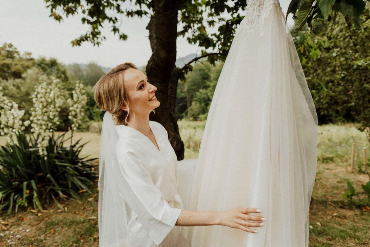 Panna Młoda ogląda swoją suknię ślubną - Nowy Sącz