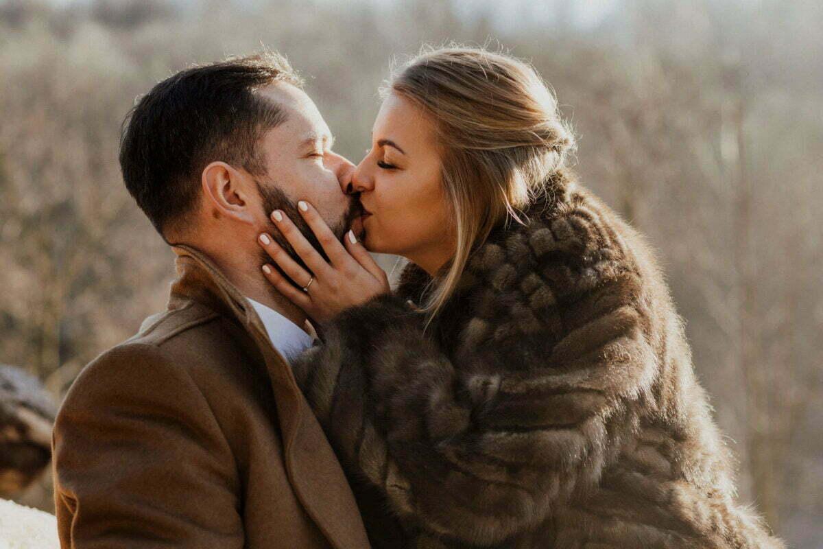 Całując się Para podczas zimowego pleneru ślubnego