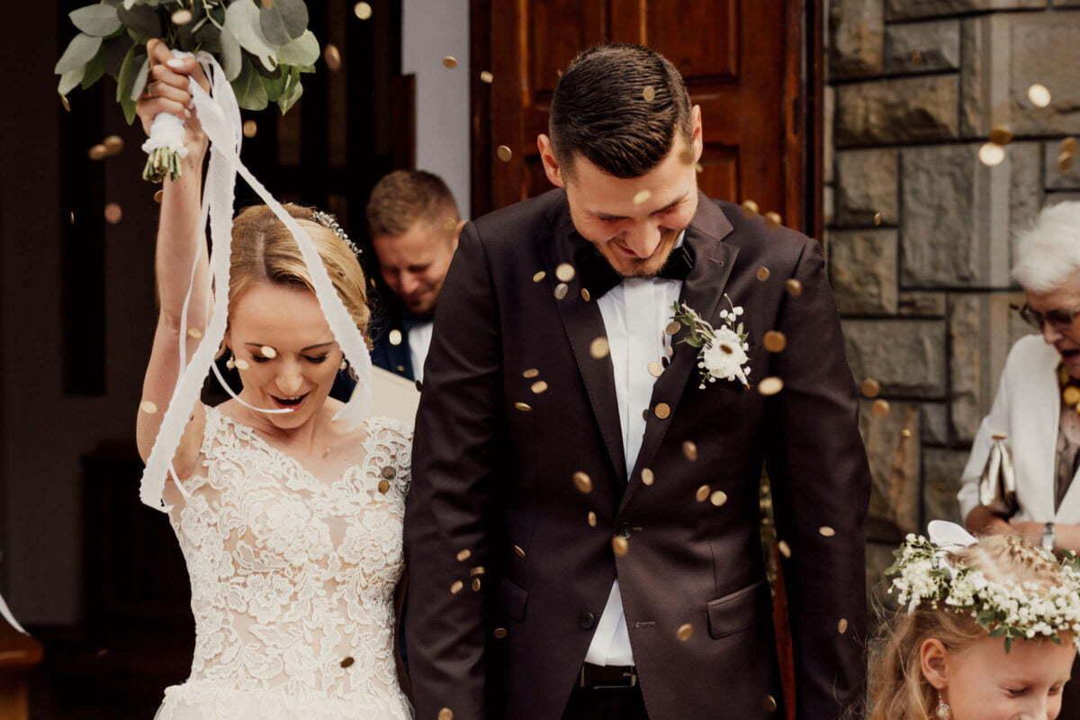Para Młoda po ślubie w Kościele Świętego Józefa Rzemieślnika w Krosnej