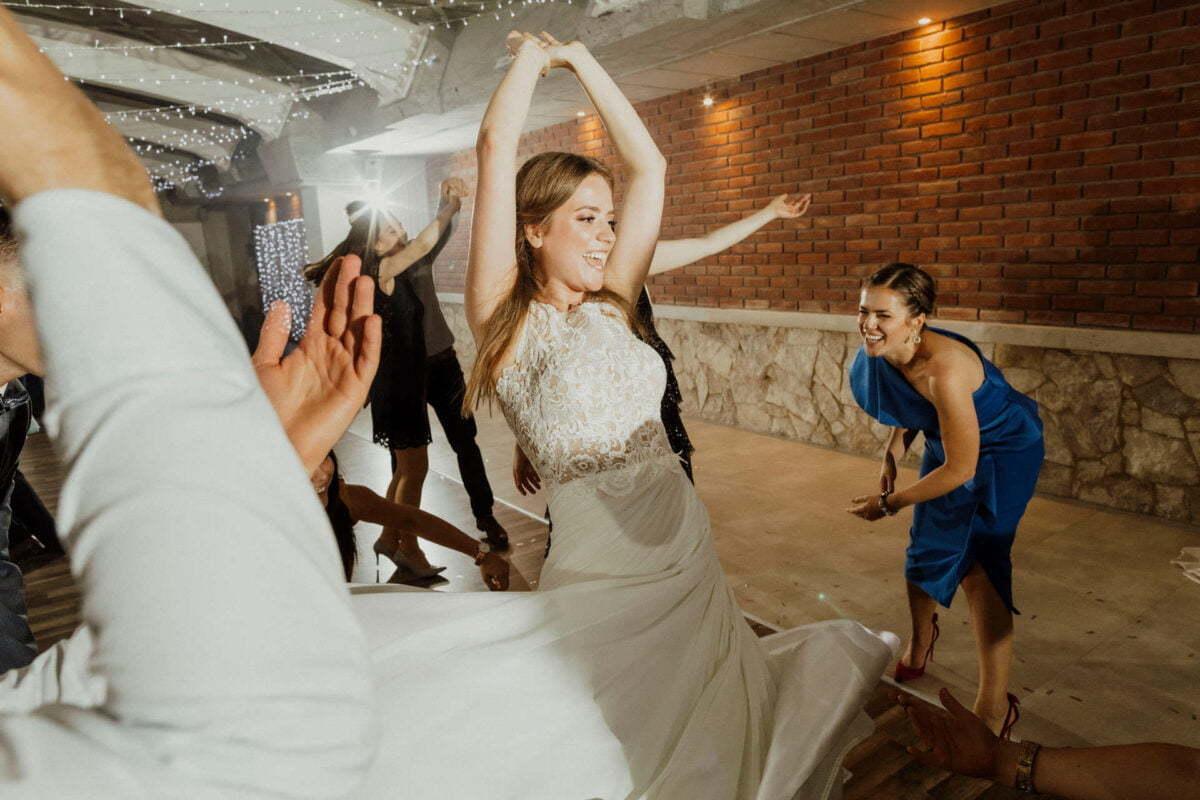 Panna Młoda tańczy na weselu w Hotelu Vinnica