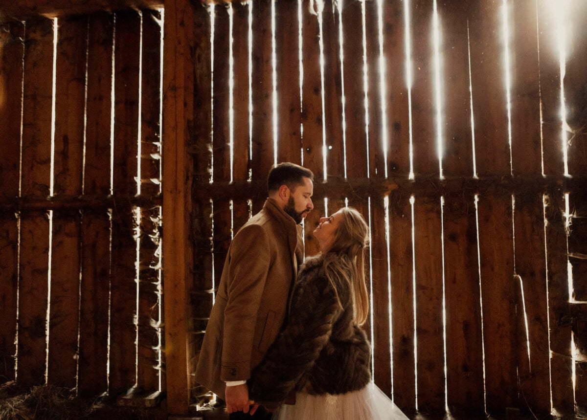 Plener ślubny pod Krakowem - sesja w stodole