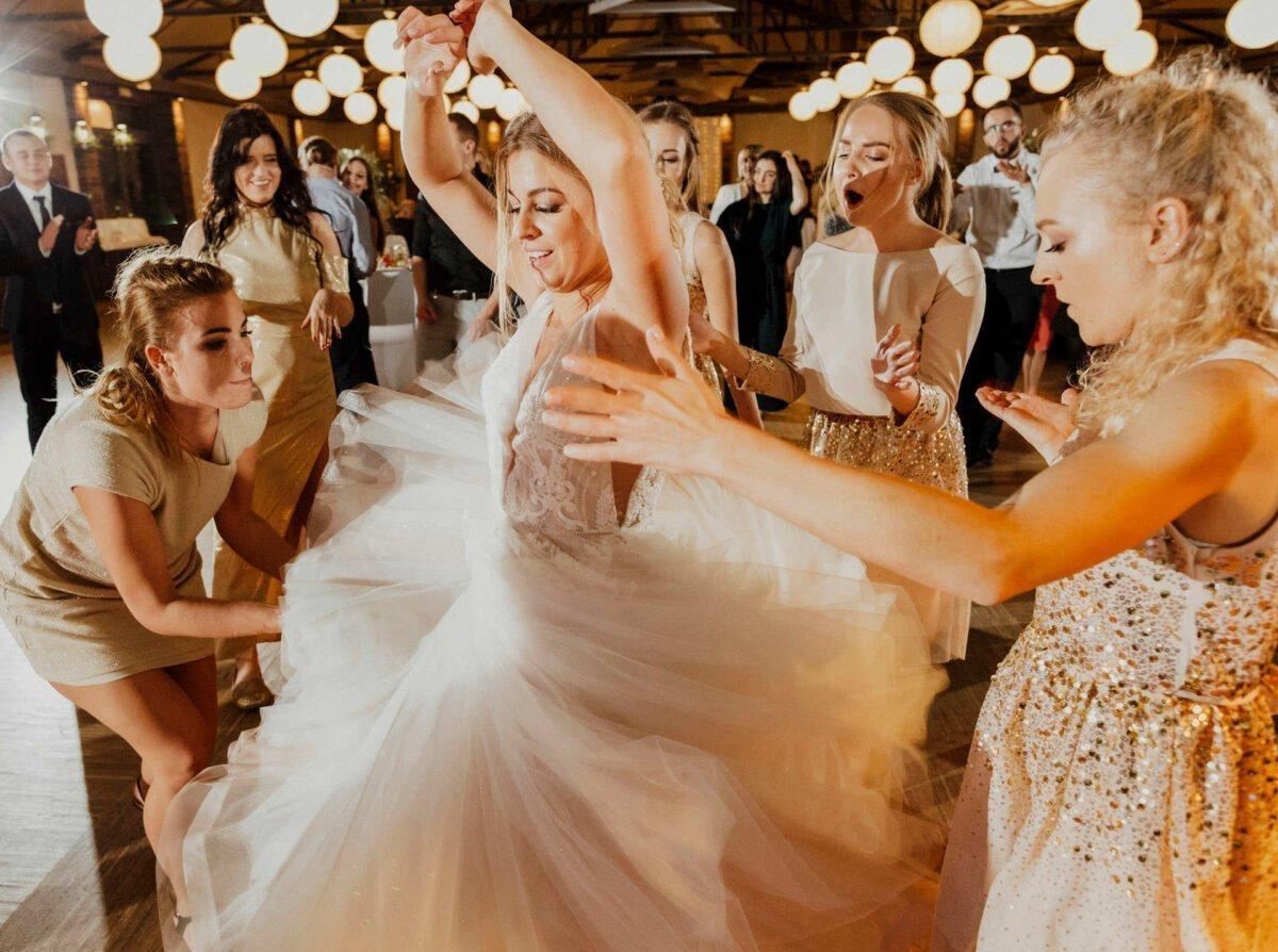 Panna Młoda tańczy na weselu - Gościniec za Borem