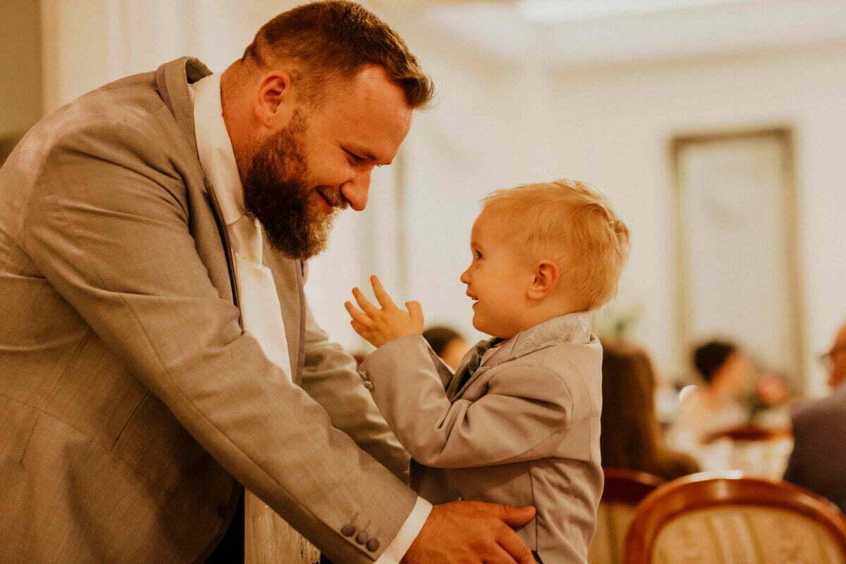 Tata i syn w obiektywie fotografia ślubnego