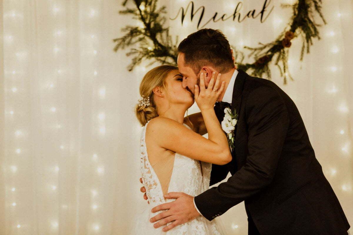 Rustykalne wesele - pocałunek Pary Młodej
