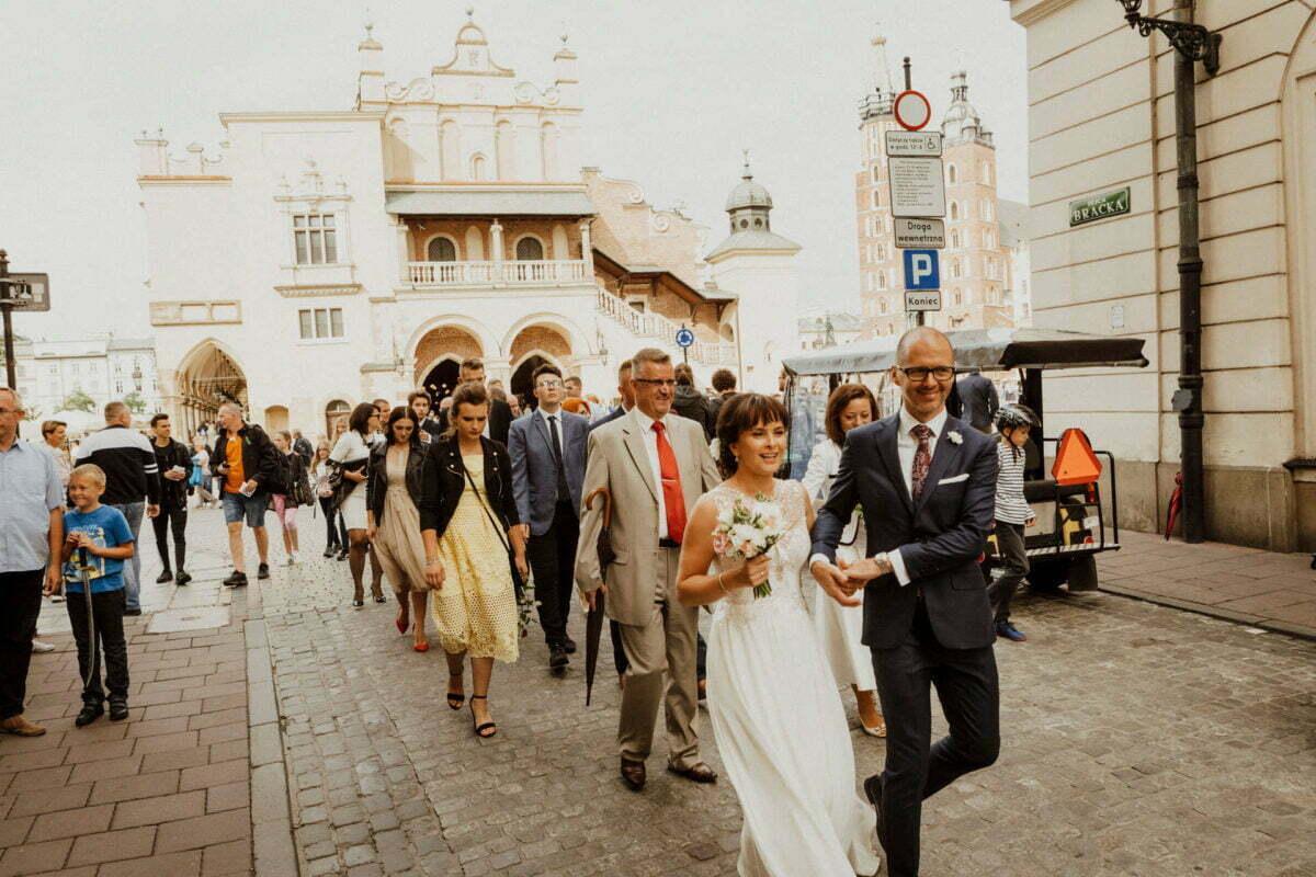Para Młoda po ślubie w Kościele Mariackim